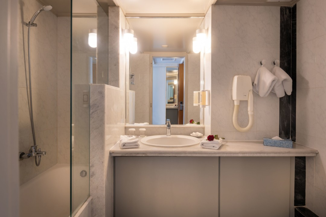 AQUILA PORTO RETHYMNO – BATHROOM IN CLASSIC URBAN VIEW ROOM
